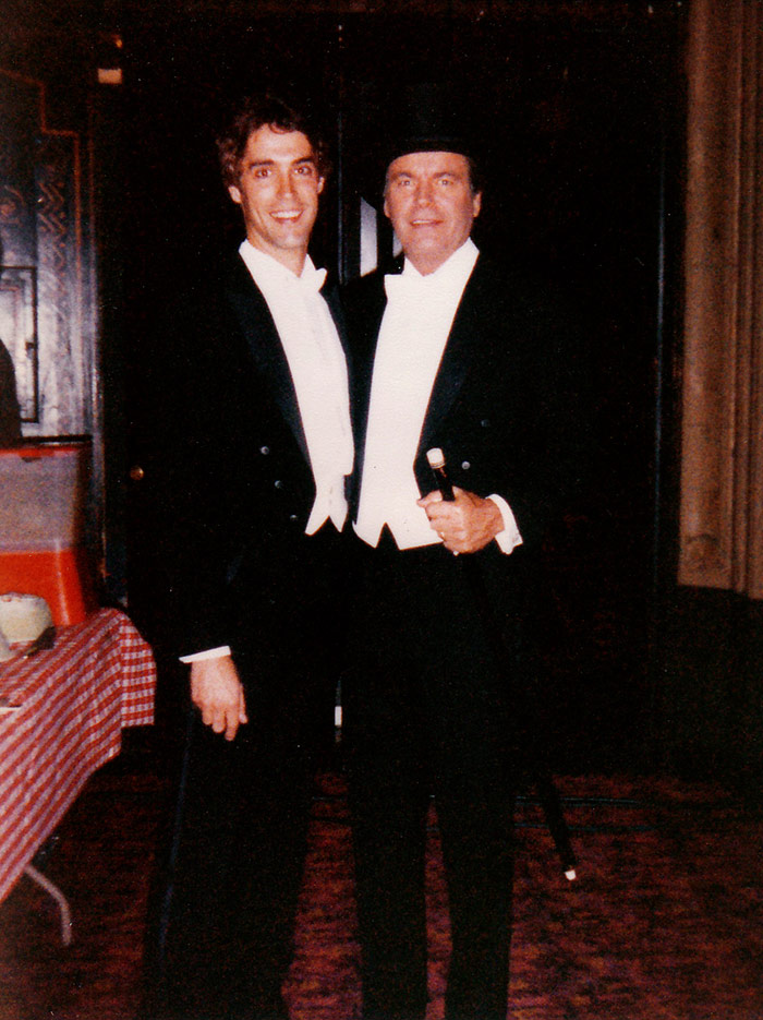 Knowles with Robert Wagner on the set of Hart to Hart